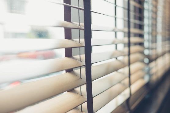 Как установить жалюзи на деревянные окна?